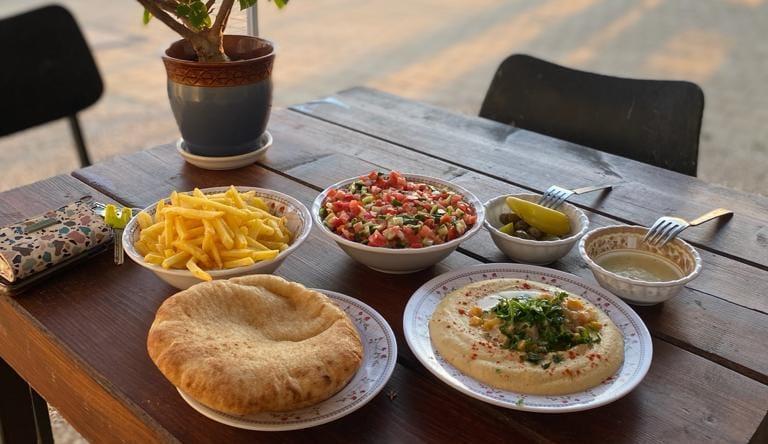 חומוס במגוון טעמים עם שלל תוספות - אוכל בנגב